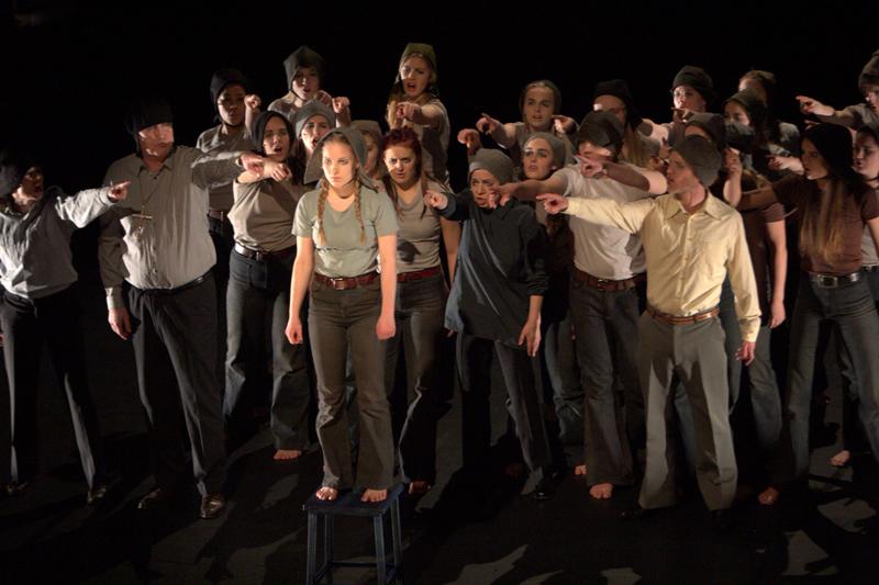 I skuggan av Falubränderna producerades i samarbete med estetlinjens drama- och dansklass i Falun, foto Hossein Salmansadeh