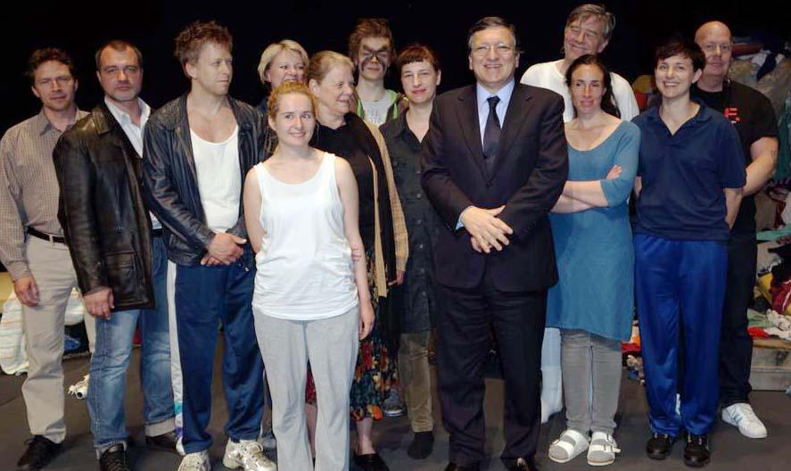 FRAGMENTE på turne, här syns ensemblen i Bryssel på Theatre National med EU kommissionens ordförandeJose Manuel Barroso, foto Folkteteatern Gbg