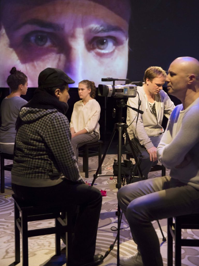 En bild från Kärleken är fri, Siham Shurafa, Susan Taslimi, Hannah Masharqa, David Weiss, Fikret Çeşmeli, foto Martin Skoog